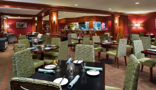 Cardinal Lounge - Restaurant at the Hilton Washington Dulles Airport Hotel